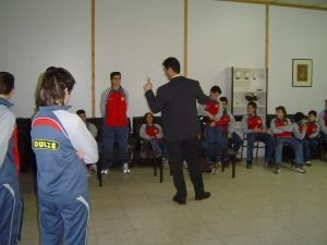 Ramón Campayo haciendo una demostración a chavales